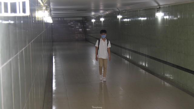 Cầu vượt, hầm đường bộ ngày 'ế khách', tối thành chốn hẹn hò - Ảnh 5.