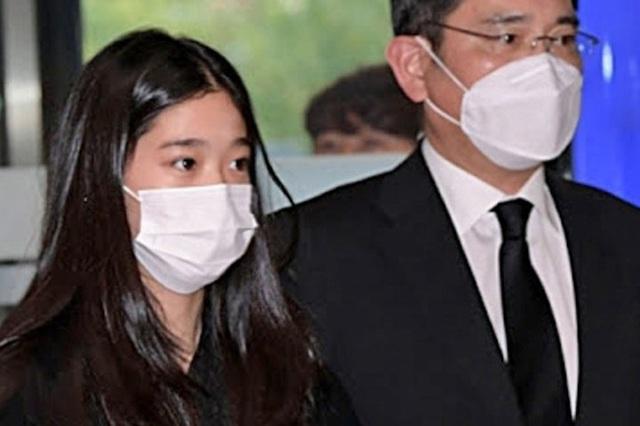 Cháu gái gia tộc Samsung lộ diện đã lập tức gây bão MXH với diện mạo thanh thuần nhưng chiếm trọn spotlight lại là bộ quần áo của tiểu thư 17 tuổi - Ảnh 9.