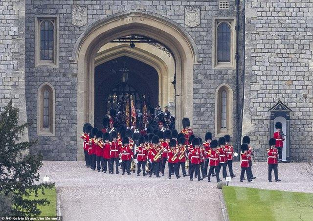 Quyết định tinh tế của Nữ hoàng Anh trước khi tang lễ Hoàng tế Philip được cử hành: Không chỉ giữ thể diện cho Harry mà còn tránh tạo ra drama - Ảnh 4.