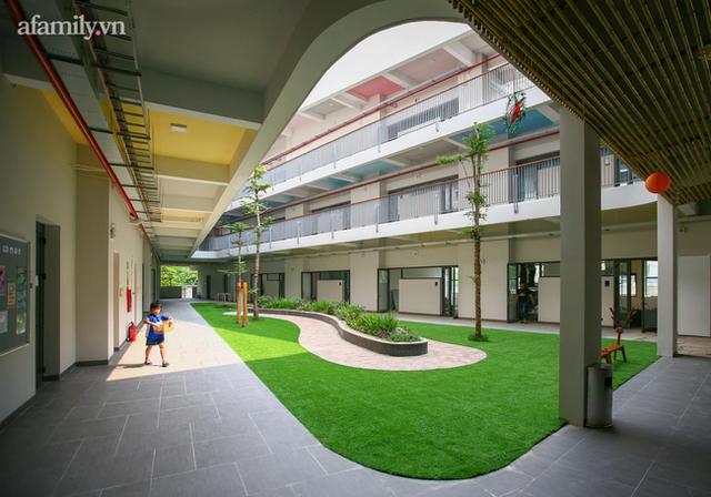 Một trường học ở Hà Nội có lối kiến trúc vô cùng độc lạ, cứ đến mùa hè học trò lại trốn vào rừng để vẽ vời, luyện nhạc kịch, làm phim - Ảnh 4.