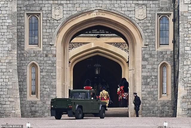 Quyết định tinh tế của Nữ hoàng Anh trước khi tang lễ Hoàng tế Philip được cử hành: Không chỉ giữ thể diện cho Harry mà còn tránh tạo ra drama - Ảnh 5.