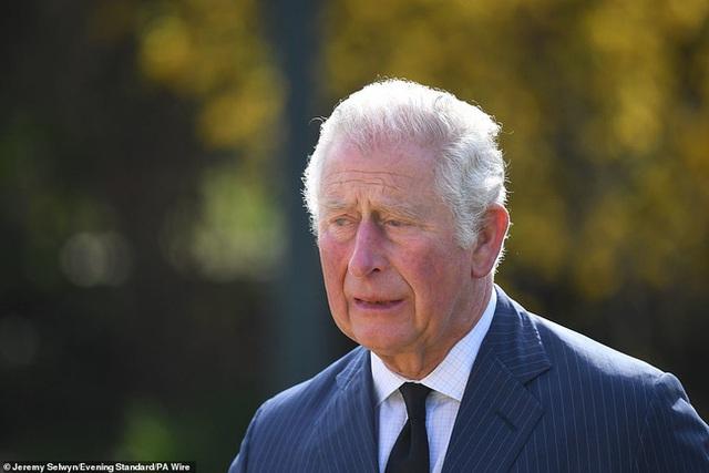 Nữ hoàng Anh chia sẻ bức hình thời trẻ đẹp trai hút hồn của Hoàng tế Philip, Thái tử Charles bật khóc khi đi giữa biển hoa tưởng nhớ cha  - Ảnh 5.