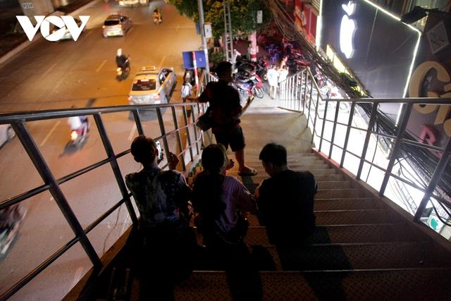 Cầu vượt dành cho người đi bộ trở thành nơi tụ tập ăn uống của giới trẻ - Ảnh 6.