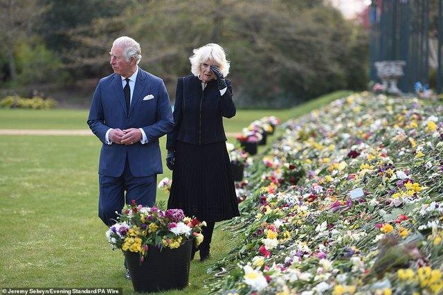 Nữ hoàng Anh chia sẻ bức hình thời trẻ đẹp trai hút hồn của Hoàng tế Philip, Thái tử Charles bật khóc khi đi giữa biển hoa tưởng nhớ cha  - Ảnh 6.