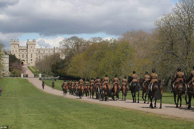 Quyết định tinh tế của Nữ hoàng Anh trước khi tang lễ Hoàng tế Philip được cử hành: Không chỉ giữ thể diện cho Harry mà còn tránh tạo ra drama - Ảnh 7.