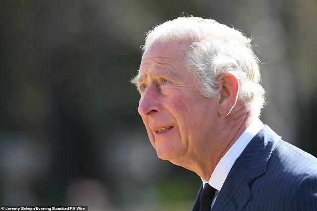 Nữ hoàng Anh chia sẻ bức hình thời trẻ đẹp trai hút hồn của Hoàng tế Philip, Thái tử Charles bật khóc khi đi giữa biển hoa tưởng nhớ cha  - Ảnh 7.