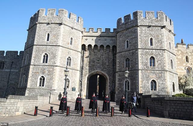 Quyết định tinh tế của Nữ hoàng Anh trước khi tang lễ Hoàng tế Philip được cử hành: Không chỉ giữ thể diện cho Harry mà còn tránh tạo ra drama - Ảnh 8.