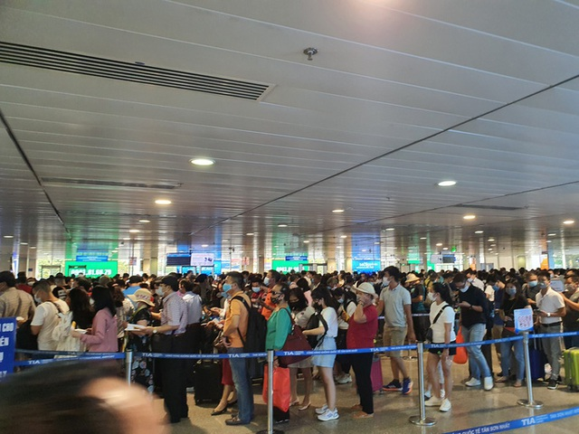 Hành khách tăng đột biến, sân bay Tân Sơn Nhất lại quá tải dịp cuối tuần  - Ảnh 1.