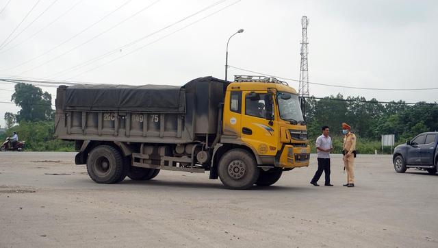 Tài xế xe quá tải gần 150% 'câu giờ' gọi điện cầu cứu khi bị xử lý - Ảnh 8.