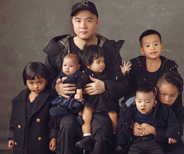 Cuộc đời lạ lùng của NTK Đỗ Mạnh Cường: Từng nghĩ thời trang là phù phiếm, sẵn sàng chắt bóp chi tiêu để vung tiền cho 8 người con nuôi - Ảnh 4.