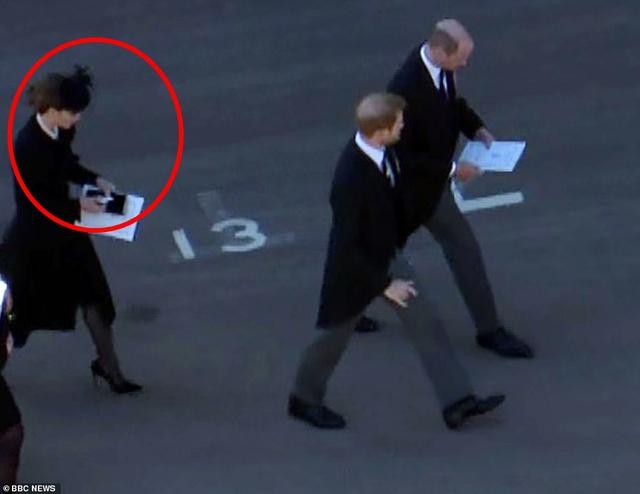 Rò rỉ thông tin Hoàng tử William yêu cầu anh họ đi giữa mình và em trai Harry, không có dấu hiệu tích cực cho mối quan hệ của 2 anh em? - Ảnh 2.