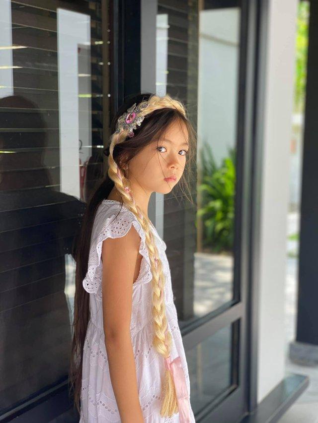 Alpha kid nhà ca sĩ Đoan Trang: Nhan sắc khiến dân tình phát sốt, học trường 500 triệu đồng/năm nhưng chỉ một chi tiết dây buộc tóc cũng đủ biết được mẹ dạy dỗ cẩn thận thế nào - Ảnh 3.