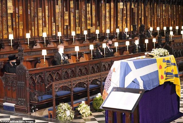 Hé lộ chi tiết ngọt ngào trong bức thư Nữ hoàng tự tay viết đặt trên linh cữu Hoàng thân Philip cùng kỷ vật đặc biệt bà giữ trong túi suốt tang lễ - Ảnh 2.