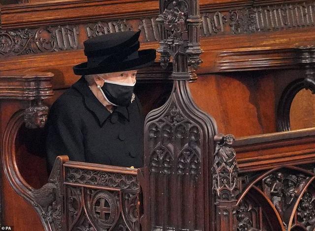 Hé lộ chi tiết ngọt ngào trong bức thư Nữ hoàng tự tay viết đặt trên linh cữu Hoàng thân Philip cùng kỷ vật đặc biệt bà giữ trong túi suốt tang lễ - Ảnh 3.