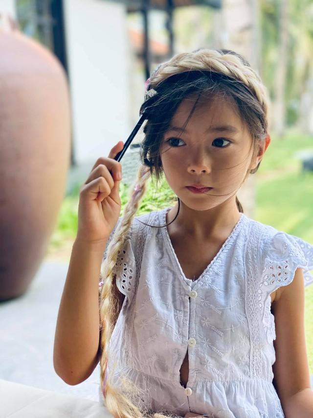 Alpha kid nhà ca sĩ Đoan Trang: Nhan sắc khiến dân tình phát sốt, học trường 500 triệu đồng/năm nhưng chỉ một chi tiết dây buộc tóc cũng đủ biết được mẹ dạy dỗ cẩn thận thế nào - Ảnh 5.