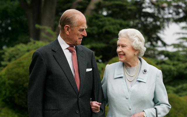 Hé lộ chi tiết ngọt ngào trong bức thư Nữ hoàng tự tay viết đặt trên linh cữu Hoàng thân Philip cùng kỷ vật đặc biệt bà giữ trong túi suốt tang lễ - Ảnh 5.