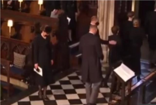 Đẳng cấp như Công nương Kate: Chỉ với loạt cử chỉ trong tang lễ Hoàng tế Philip đủ làm lu mờ chiêu trò của Meghan ở trời Mỹ - Ảnh 2.