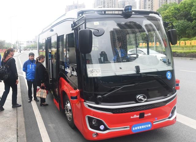 Thành phố này ở Trung Quốc đồng thời đưa hệ thống xe bus và tàu điện tự hành vào hoạt động - Ảnh 1.