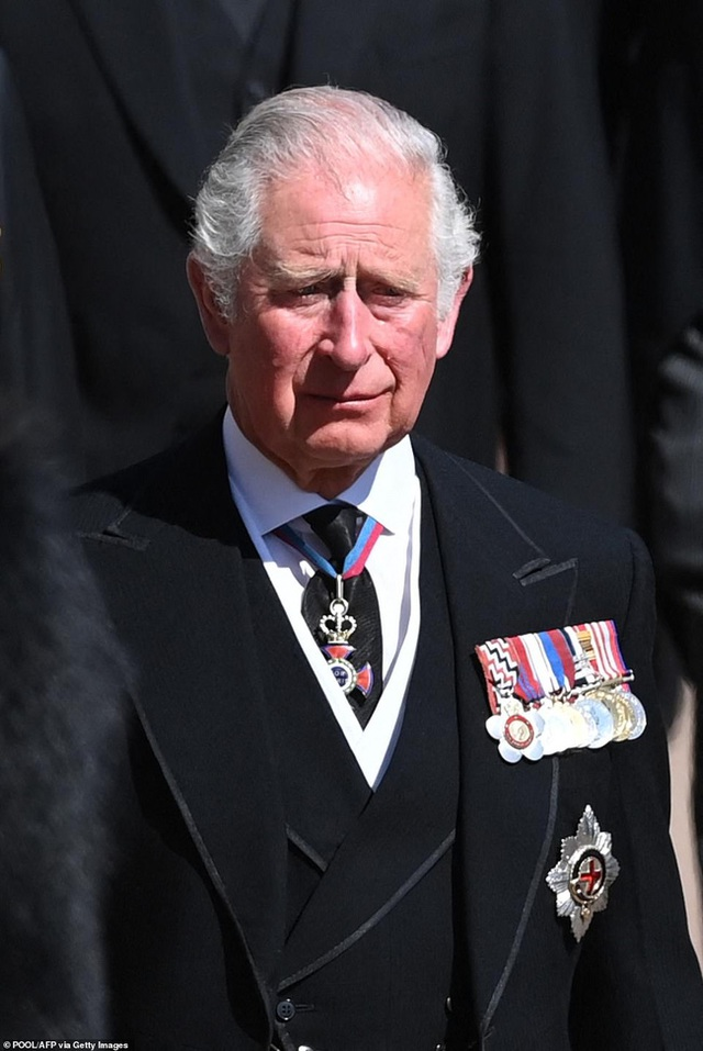 Đẳng cấp như Công nương Kate: Chỉ với loạt cử chỉ trong tang lễ Hoàng tế Philip đủ làm lu mờ chiêu trò của Meghan ở trời Mỹ - Ảnh 7.