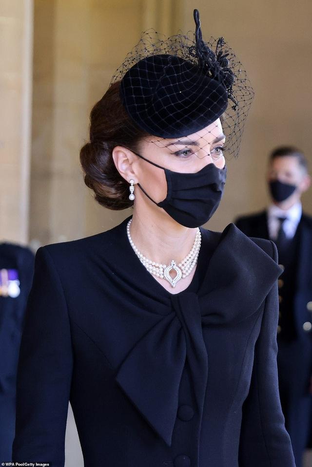 Đẳng cấp như Công nương Kate: Chỉ với loạt cử chỉ trong tang lễ Hoàng tế Philip đủ làm lu mờ chiêu trò của Meghan ở trời Mỹ - Ảnh 8.