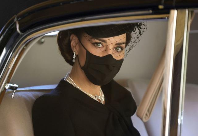 Đẳng cấp như Công nương Kate: Chỉ với loạt cử chỉ trong tang lễ Hoàng tế Philip đủ làm lu mờ chiêu trò của Meghan ở trời Mỹ - Ảnh 9.