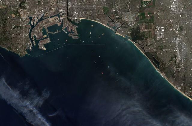 Tắc nghẽn ở cảng Los Angeles và Long Beach, 1/3 hàng hóa nhập khẩu của Mỹ đang chờ đợi trong vô vọng - Ảnh 1.