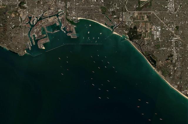 Tắc nghẽn ở cảng Los Angeles và Long Beach, 1/3 hàng hóa nhập khẩu của Mỹ đang chờ đợi trong vô vọng - Ảnh 2.