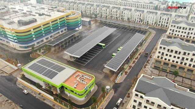 VinBus đầu tiên lăn bánh tại Hà Nội: Êm, không khí thải, bãi đỗ có pin mặt trời, có khu rửa xe riêng xịn sò - Ảnh 2.