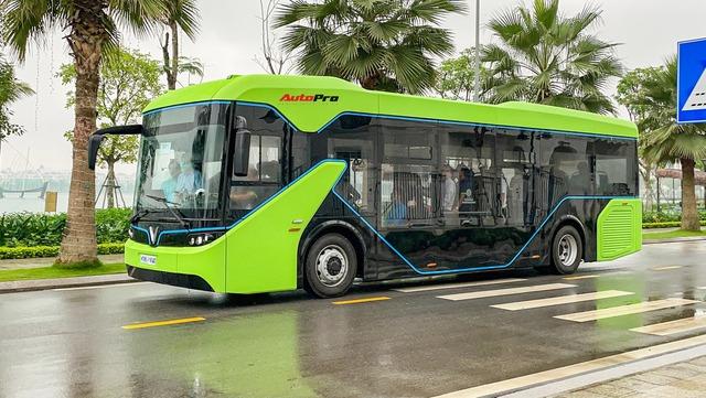VinBus đầu tiên lăn bánh tại Hà Nội: Êm, không khí thải, bãi đỗ có pin mặt trời, có khu rửa xe riêng xịn sò - Ảnh 3.