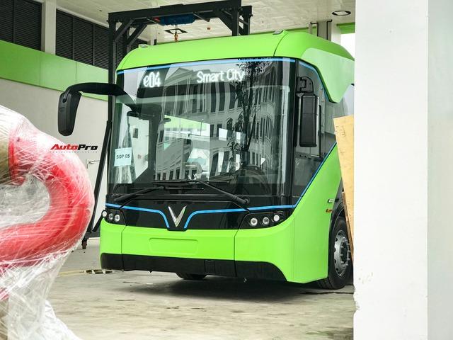VinBus đầu tiên lăn bánh tại Hà Nội: Êm, không khí thải, bãi đỗ có pin mặt trời, có khu rửa xe riêng xịn sò - Ảnh 4.