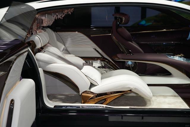 Dị như xe sang Trung Quốc: Không vô lăng, 3 ghế ngồi, có đèn chùm như khách sạn - Ảnh 1.