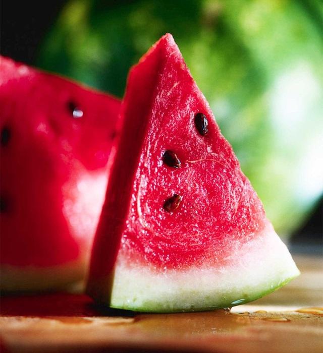 """Vào hè, ăn dưa hấu: Không chỉ ngon mà còn là """"nhà máy"""" chứa nhiều chất dinh dưỡng và làm thuốc chữa bệnh siêu hay - Ảnh 1."""