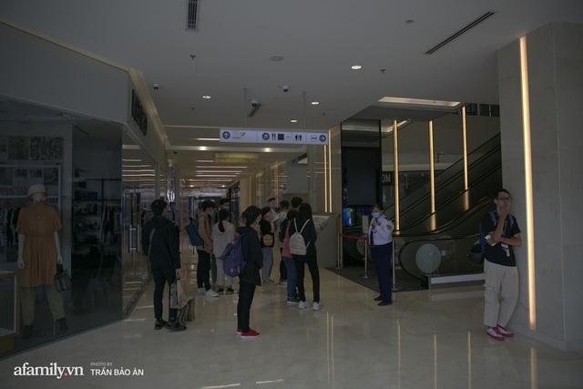 Choáng: Người Sài Gòn 6h sáng xếp hàng dài trước cổng Starbucks để săn chiếc ly màu xanh với giá 500k, sau 4 tiếng bán lại đã TĂNG GIÁ GẤP 4 LẦN! - Ảnh 2.