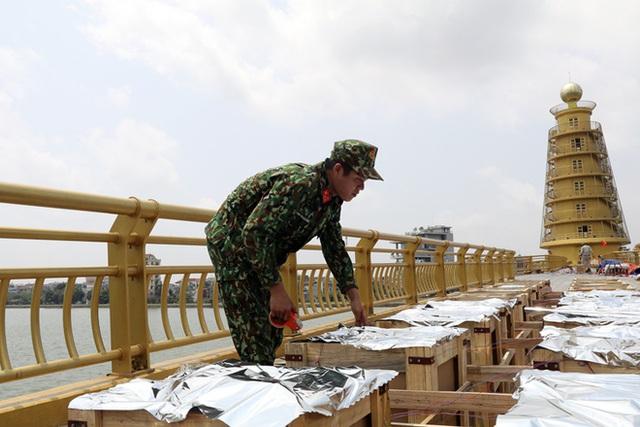Cận cảnh trận địa pháo hoa tầm cao dịp giỗ Tổ Hùng Vương - Ảnh 2.
