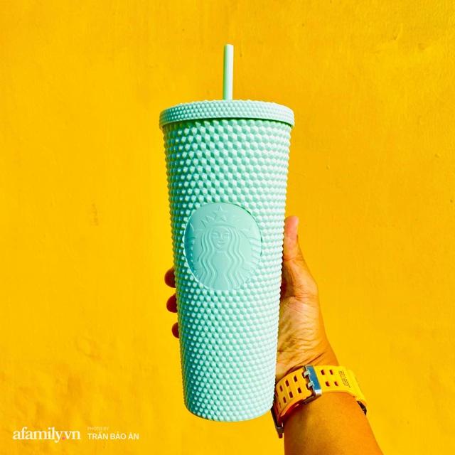Choáng: Người Sài Gòn 6h sáng xếp hàng dài trước cổng Starbucks để săn chiếc ly màu xanh với giá 500k, sau 4 tiếng bán lại đã TĂNG GIÁ GẤP 4 LẦN! - Ảnh 11.