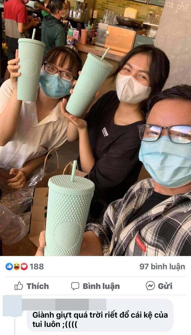 Choáng: Người Sài Gòn 6h sáng xếp hàng dài trước cổng Starbucks để săn chiếc ly màu xanh với giá 500k, sau 4 tiếng bán lại đã TĂNG GIÁ GẤP 4 LẦN! - Ảnh 13.