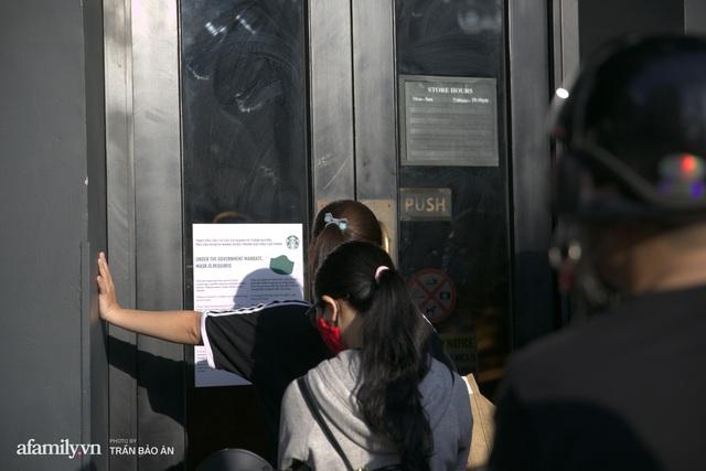 Choáng: Người Sài Gòn 6h sáng xếp hàng dài trước cổng Starbucks để săn chiếc ly màu xanh với giá 500k, sau 4 tiếng bán lại đã TĂNG GIÁ GẤP 4 LẦN! - Ảnh 3.