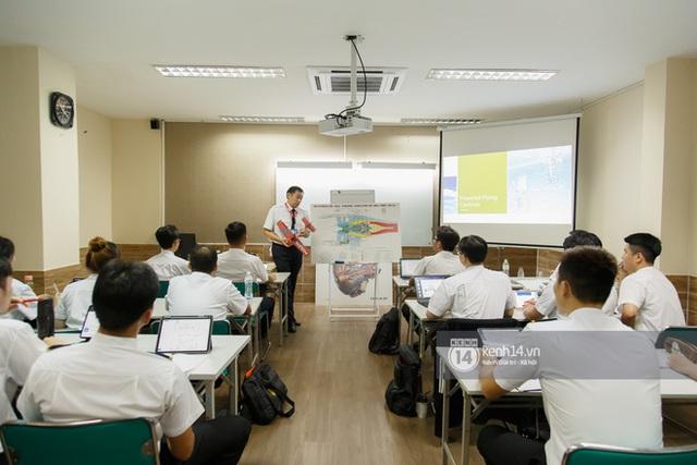 Khám phá trường dạy phi công học phí 1,8 tỷ: Toàn trai xinh gái đẹp, học và thi gấp 3 lần ngành khác nhưng lương bằng 14 lần nhân viên văn phòng - Ảnh 2.
