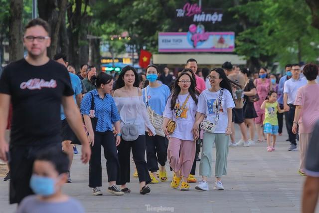 Chen chân lên Hồ Gươm hóng gió ngày nghỉ lễ Giỗ Tổ  - Ảnh 1.