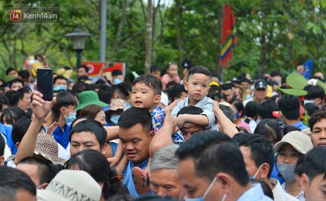 Ảnh: Trẻ em khóc thét, người nhà dùng hết sức đưa con thoát cảnh vạn người chen chúc tại Đền Hùng - Ảnh 11.