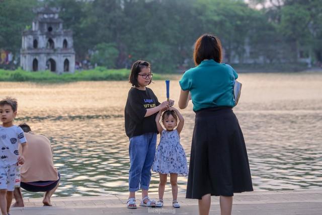 Chen chân lên Hồ Gươm hóng gió ngày nghỉ lễ Giỗ Tổ  - Ảnh 13.