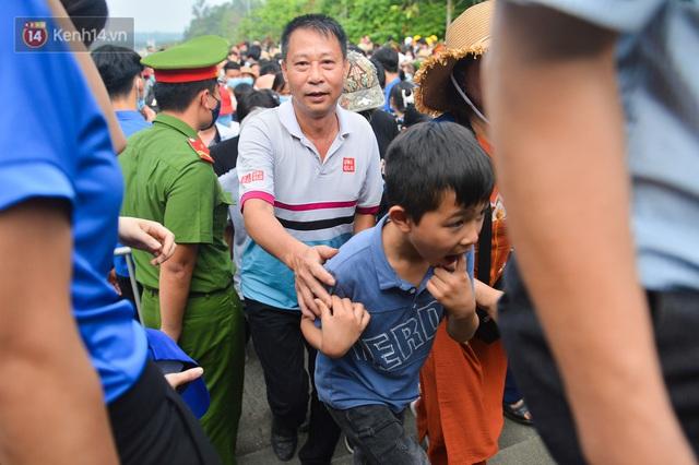 Ảnh: Trẻ em khóc thét, người nhà dùng hết sức đưa con thoát cảnh vạn người chen chúc tại Đền Hùng - Ảnh 14.