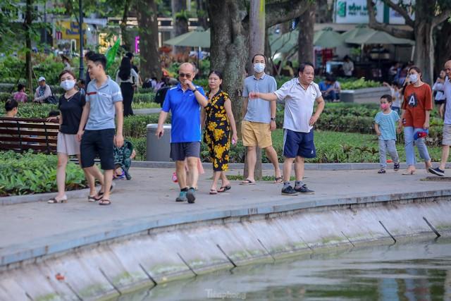 Chen chân lên Hồ Gươm hóng gió ngày nghỉ lễ Giỗ Tổ  - Ảnh 14.