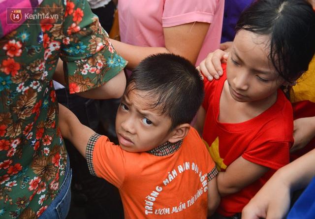 Ảnh: Trẻ em khóc thét, người nhà dùng hết sức đưa con thoát cảnh vạn người chen chúc tại Đền Hùng - Ảnh 15.