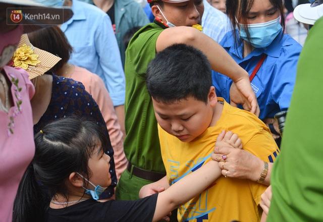 Ảnh: Trẻ em khóc thét, người nhà dùng hết sức đưa con thoát cảnh vạn người chen chúc tại Đền Hùng - Ảnh 17.