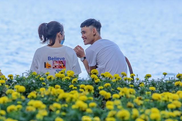 Chen chân lên Hồ Gươm hóng gió ngày nghỉ lễ Giỗ Tổ  - Ảnh 17.
