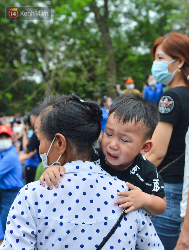 Ảnh: Trẻ em khóc thét, người nhà dùng hết sức đưa con thoát cảnh vạn người chen chúc tại Đền Hùng - Ảnh 19.
