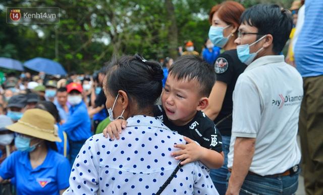 Ảnh: Trẻ em khóc thét, người nhà dùng hết sức đưa con thoát cảnh vạn người chen chúc tại Đền Hùng - Ảnh 20.