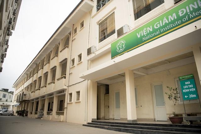Vì sao Bệnh viện Bạch Mai phá nhà lưu trú cho người nhà bệnh nhân, chặt cây xà cừ tuổi đời trăm năm? - Ảnh 3.