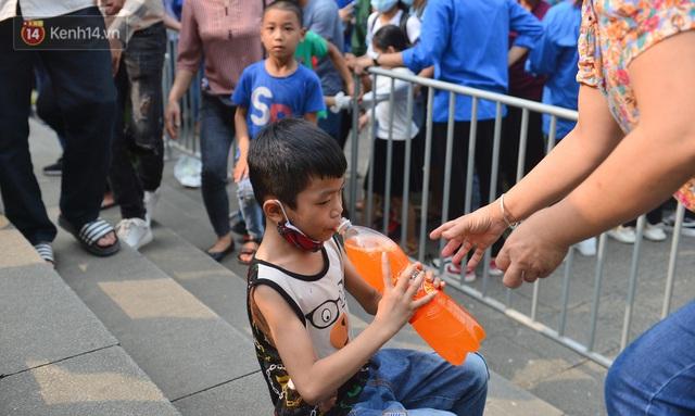 Ảnh: Trẻ em khóc thét, người nhà dùng hết sức đưa con thoát cảnh vạn người chen chúc tại Đền Hùng - Ảnh 21.